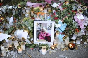 Blommor och minnessaker på platsen där 27-åriga Elin Krantz mördades, mellan Länsmanstorget och Temperaturgatans spårvagnshållplats på Hisingen i Göteborg.
