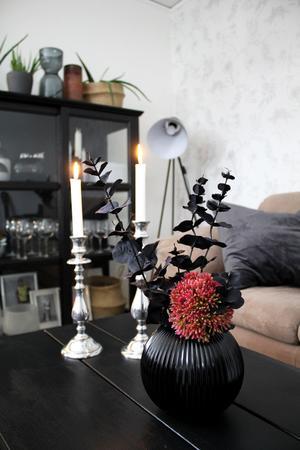 Överallt står vaser med blommor, ljus och växter som tillsammans skapar ett hem man vill vara i.
