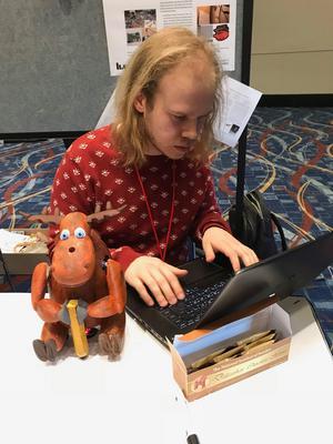 Robotälgen har trion utvecklat för att hjälpa barn att lära sig att skriva och få en bättre handstil.
