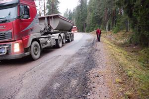 När lastbilarna möts går hjulen ut i vägrenen.