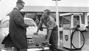 En norskregistrerad Volvo blir tankad av servicepersonal på en BP-station. Året är 1965 och det är fortfarande vänstertrafik i Sverige. Foto: Erik Thorberg/TT
