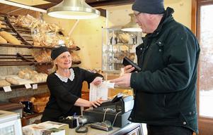 Ann Nilsson var tidigare en av två ägare till Håkans hembageri. Nu har hon och systern Marie Skibola sålt verksamheten och huset, men jobbar kvar. Här servar hon Niklas Norling som köpt semlor.