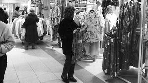 17 april 1986. I Kapp Ahls butik i Västerås säljs modekläder i en strid ström. Butikschefen kan konstatera försäljningsökningar och väntar fortsatt uppgång. Kläder, TV-apparater, möbler och bilar går åt i en kraftig köprush för närvarande.