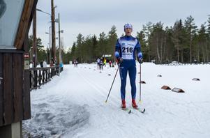 Matfors SK-åkaren Efraim Melander Wiksten korsar mållinjen efter 10 kilometer.