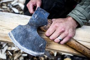 Yxan är ett viktigt verktyg för en timmerman.