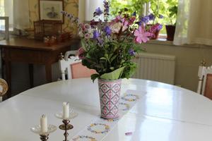 En vacker bukett i ett av rummen i mangårdsbyggnaden. Ett exempel på Gunnar Kajs blomsterkonst.  –Jag blandar ofta vilda blommor med trädgårdsblommorna, säger Gunnar Kaj.