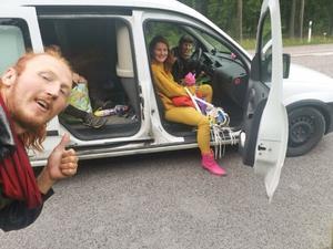 Gänget i en av bilarna som man fick lift i under torsdagen. Foto: Privat