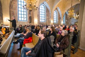 Det var nästan fullsatt i kyrkan vid elevkonserten med Västmanlands Ungdomssymfoniker. Foto: Lennye Osbeck
