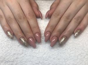 Olika färger på naglarna fortsätter att vara hett. Gjort av Amanda Julin på Stars of Beauty.