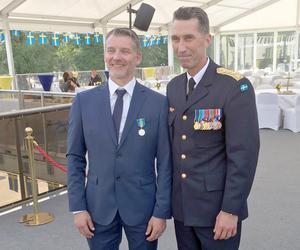 Tom Wikström, till vänster, tillsammans med överbefälhavare Micael Bydén, i samband med medaljutdelningen på Veterandagen den 29 maj. Foto: Michael Carlén /Försvarsmakten.