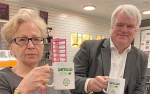 """År 2020 är """"samtalsår"""" i hela centerrörelsen. Då är kaffekoppen ett bra redskap. I Krokom startade samtalsåret i samband med kretsårsmötet i Alsen. Här är det kretsordförande Ingrid Zakrisson och partisekretare Michael Arthursson som höjer kaffekoppen. Foto: Håkan Larsson"""