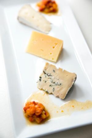 En ostbricka med tre olika ostar från MurboAnna och Muddus havtornsmarmelad.
