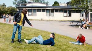 Ur filmen om mordet på John Hron. Någon av tjejerna på skolgården skulle kunna har varit Jessica Schiefauer  om filmen varit på riktigt. Pressbild.