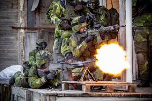 Tung eldgivning med KSP innan 150 soldater från Livgardet intar seminariet där fienden finns.