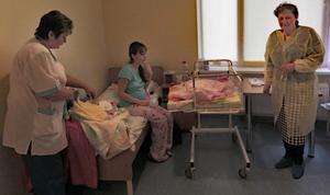 Blivande mamma i Vitryssland som fått del av ett av startpaketen. Bild från Kungsörs återvinning och second hand.
