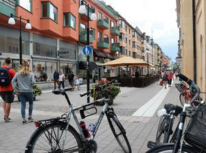 Vid Köpmangatans början vid Våghustorget sitter det runda påbudsmärket för gångbana. Här får vi inte cykla.