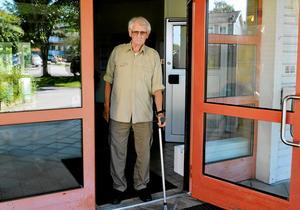 Harry Persson bor på Almedalens äldreboende. Han är engagerad i äldrevårdsfrågorna och vet hur det känns när kroppen slås ut på grund av felmedicinering.