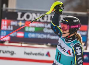 Anna Swenn Larsson sträcker armen i luften. Foto: Sportbild