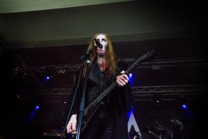 Bandet Hetroertens sångare har tagit sig en klunk av något rött på scenen.