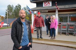 De boende i Rörbäcksnäs är irriterade på hur Postnord hanterar deras paket. Martin Skogstad har fullt stöd i sin kritik av Bill Skogstad, Lennart Gustavsson, Tove Olsson och Monica Skogstad.