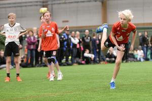 Ludwig Keventer i Västerås Irsta skjuter en straff i en av B-semifinalerna i P06-klassen. Irsta vann till slut med 13–9.