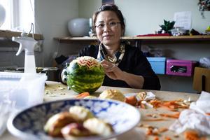 I 13 år har Wittaya Mahayotee snidat i frukt och grönt. Allt började på en restaurang i Thailand. Nu ska hon börja hålla i kurser.