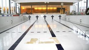 2009. Ösmo simhalls nyrenoverade stora bassäng har tömts på vatten och ska torka. Trasiga kakelplattor byts ut.