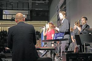 Flera musikframträdanden av olika artister från skolan framfördes under galans gång.