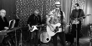 Nuvarande, och tidigare, medlemmar i Svenne Rubins tar på sig Bob Dylan-dräkten och åker på turné.