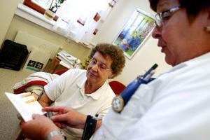 Karin Nymark tar chansen och vaccinerar sig mot influensan när det är öppet hus på vårdcentralen. Eftersom hon är mer än 65 år kostar det bara 70 kronor - det är ofta de äldre som drabbast värst när influensan kommer.