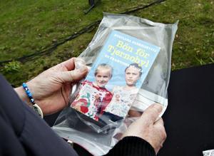 """NEDGRÄVT. Boken """"Bön för Tjernobyl""""  finns nu i marken utanför Länsmuseet."""