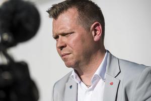 Kommunalrådet Per Nylén (S) och kommunstyrelsen får ansvar för vad som ska ske med fastigheterna i Moliden och Sidensjö efter nedläggningarna.