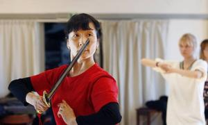 Li Min Hua har också tränat kamsport med svärd. Här är det dock dans som gäller.