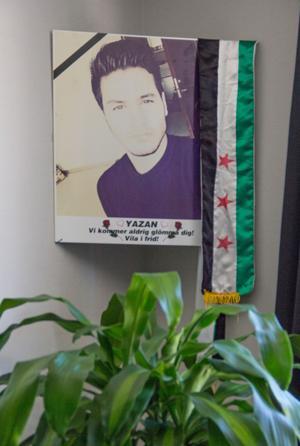 Yazan är ständigt närvarande i familjens liv. En bild på honom sitter i ena hörnet av lägenheten.