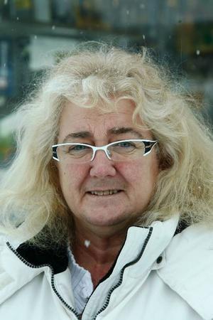 Ulla Larsson, 49 år, Hede:– Ja, nu gäller det att rädda jobben och Saab har ju varit ett svenskt företag som gör bra bilar.