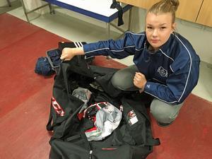 Målvakten Jonna Kågström hittade en död mus, råttbajs och söndertuggad utrustning i sin hockeytrunk.