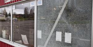 Det yttre glaset i fönstren splittrades helt och påminde på tisdagen om spindelnät.