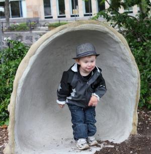 Barnbarnet Kevin 2!/2 år på besök i lekplatsen Stadsparken.