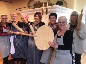 Glada bagare och fikafixare i bagarstugan med en ny bakefjöl som vi fick som gåva. Foto: Susanne Canebro.