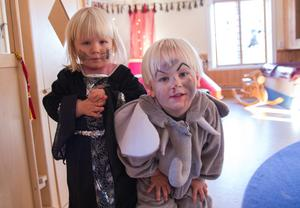 Tvillingarna Hilda och Vidar Liljeberg hade klätt ut sig till häxa och till en skräckelefant.