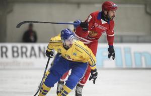 Alan Dzhusoev i kamp med Christoffer Fagerström. Bandy-VM 2019, Neftyanik