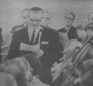 Bildtexten från 1960 års publicering löd: Fullmäktigeordföranden i Söderala kommunfullmäktige, Helmer Södergren, invigstalar och har närmast till höger om sig de unga musikanterna Ingrid Thybäck och Maywy Nordin.