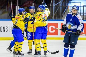 Sveriges Erica Udén Johansson jublar tillsammans med Erika Grahm och Anna Borgqvist efter ett mål mot Finland i fjol. Bild: Peter Skaugvold/Bildbyrån.