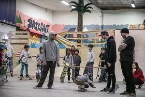 Under dagen arrangerades olika tävlingar och utmaningar. Här – limbo på skateboard.