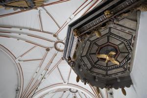 Måns Granlund gjorde stjärnvalven i Högs kyrka 1702, som ersatte tegelvalven. Han har också tillverkat predikstolen.