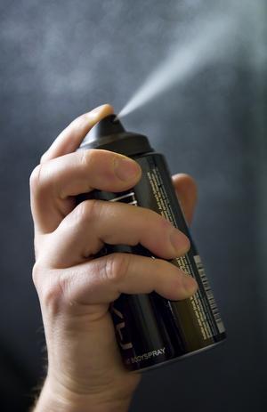 Att andas in butangas från sprayflaskor för att få ett rus har blivit allt vanligare bland ungdomar. Foto: Claudio Bresciani / SCANPIX