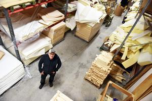 Leif visar upp det stora lagret som han byggde under 2000-talet som var ett rejält lyft för verksamheten vad gäller utrymme inne i butiken.