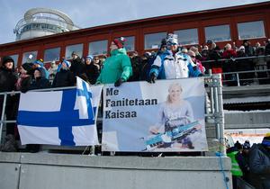 Finska veteranen Kaisaa Mäkäräinen hade två hängivna fans på plats i Eero Kilopio och Juham Tuomikoski. De hoppades på en medalj för sin favorit, under deras sista dag i Östersund.