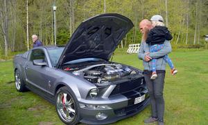 Daniel Casparson och sonen Walter från Bispbergshyttan delar intresset för bilar.