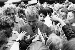 Sångaren Lasse Lönndahl skriver autografer. Bilden är tagen 1970. Foto: TT
